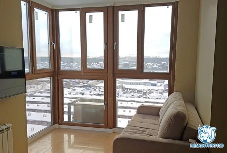 <p>Изюминкой квартиры стала организация зоны гостиной на месте лоджии с панорамным остеклением</p>